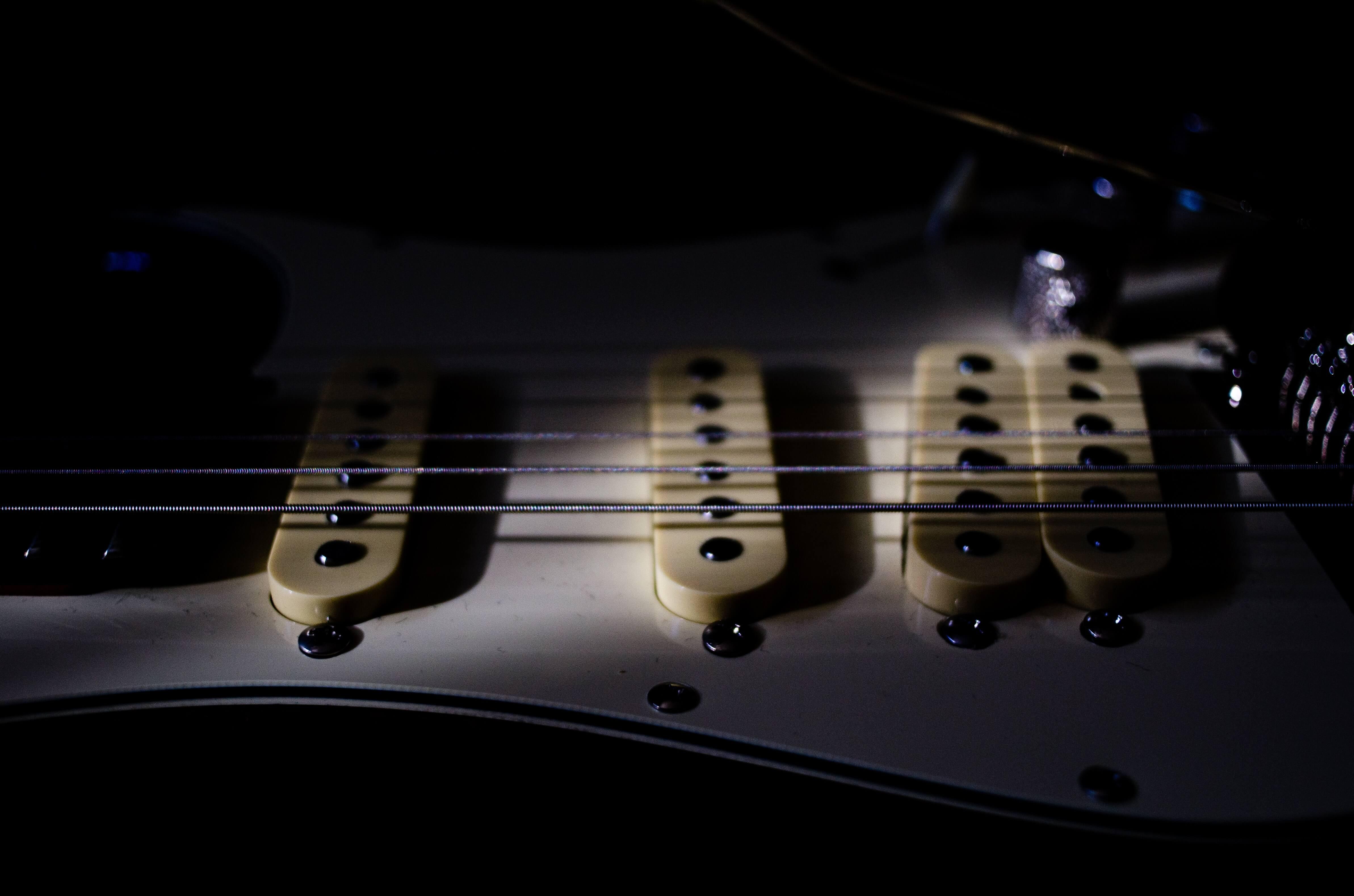 エレキギターのピックアップの高さの調整